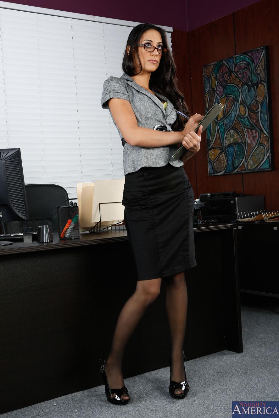Pretty raven-haired senorita Lyla Storm pleasures her shaved pussy № 812502 без смс