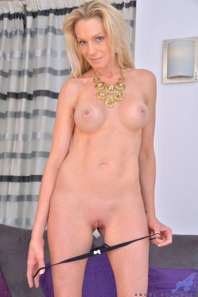 Uk milf summer angel lee fucks a dildo