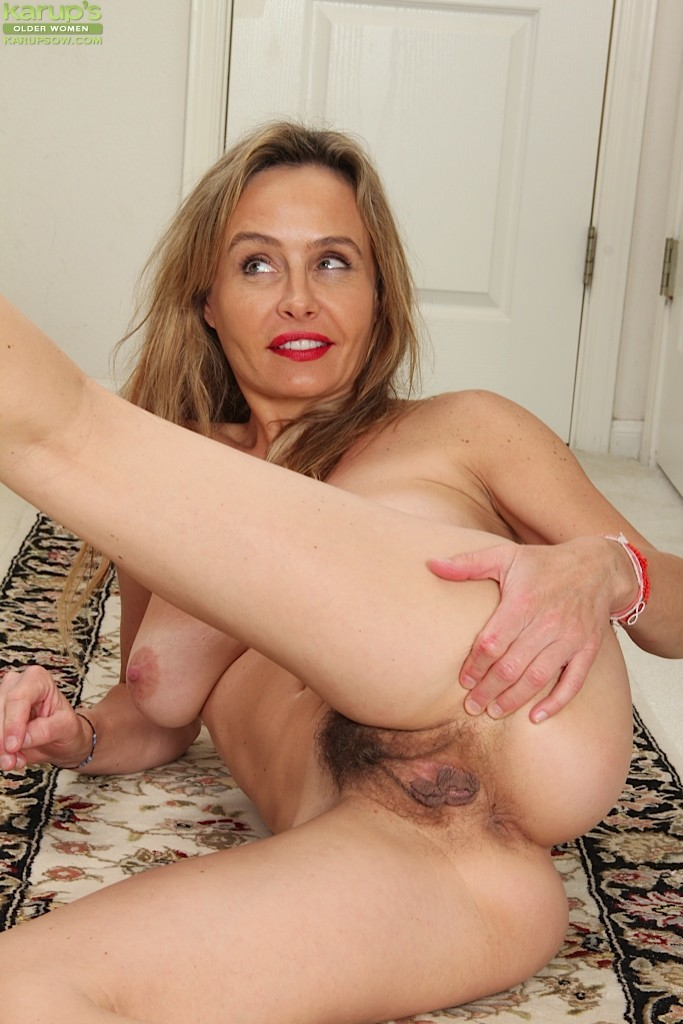 Karups older women mature babe halle b fingers her hairy pussy