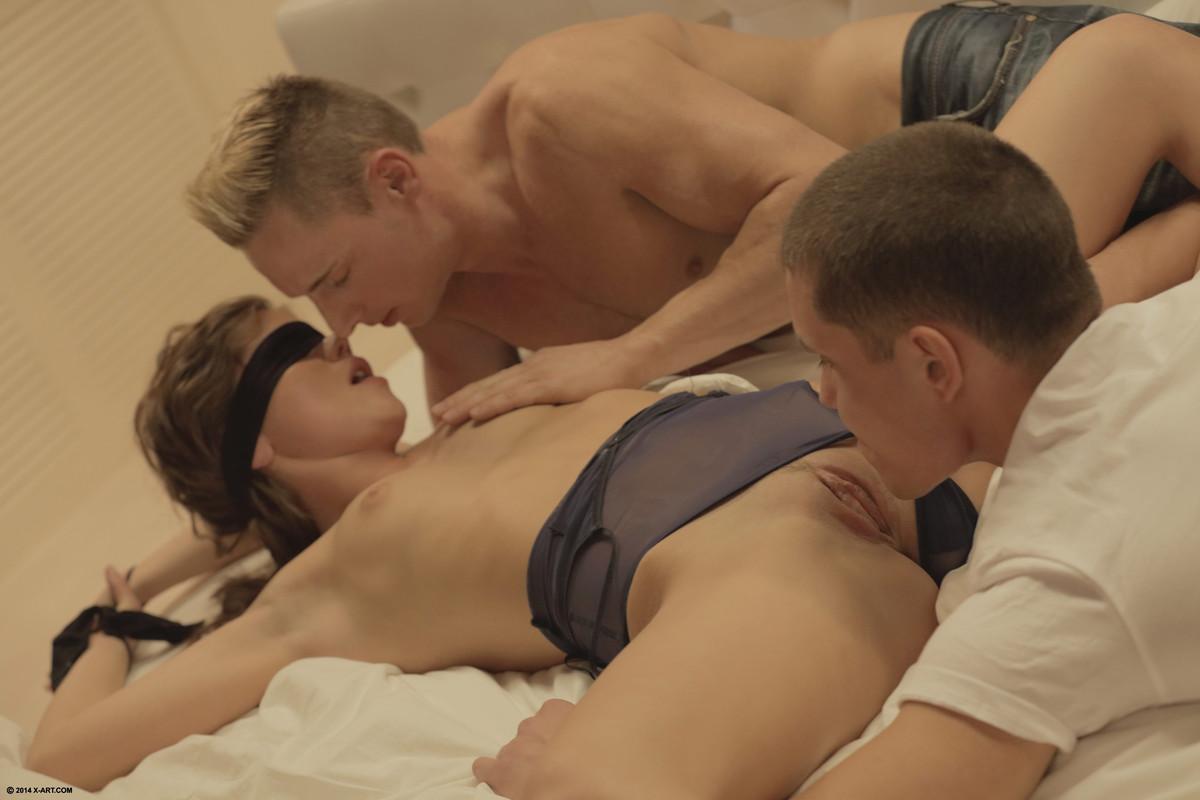 Порно один ласкает второй трахает, сосет сам порно