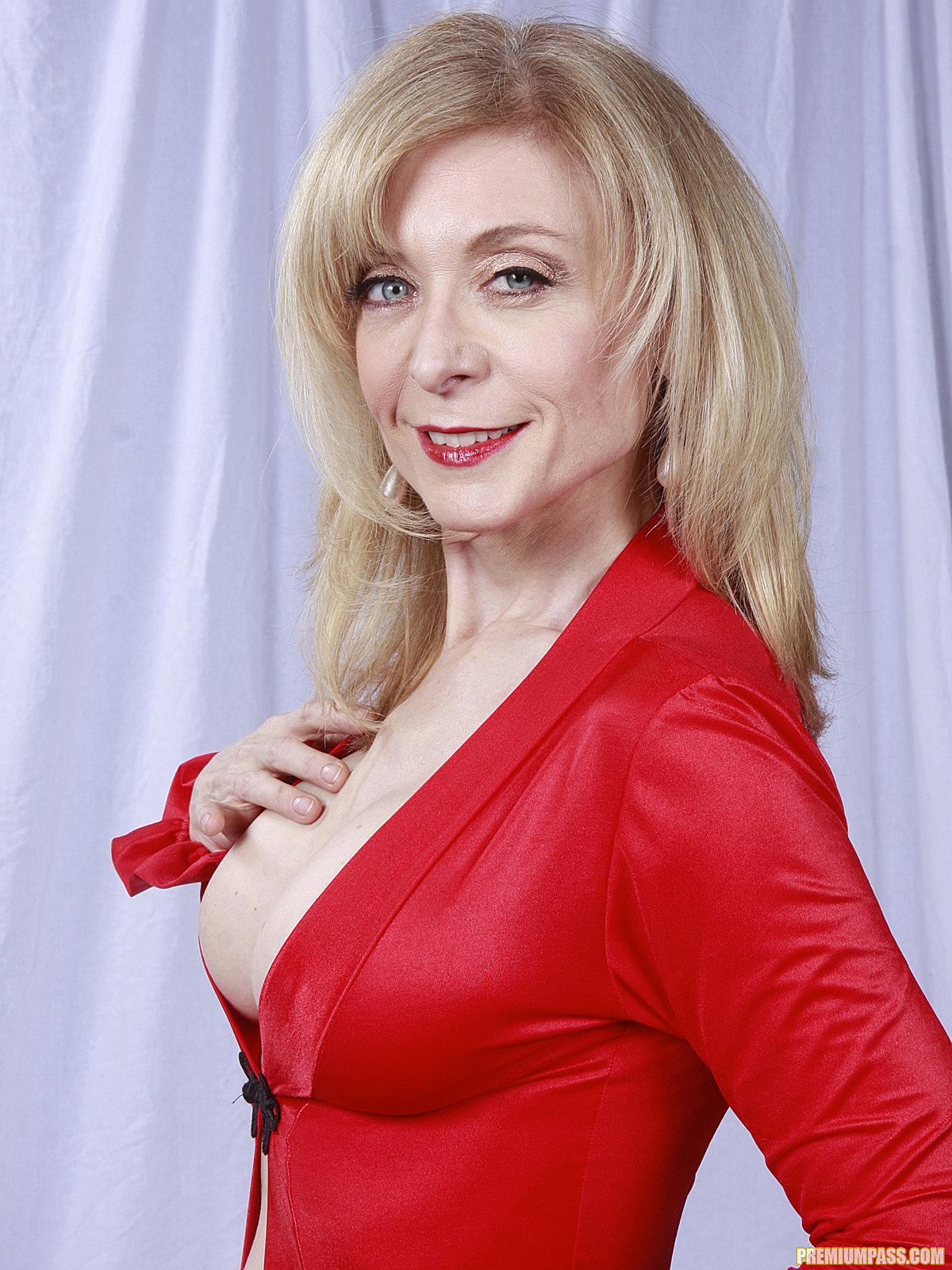 Mature lady Nina Hartley denudes ripe melons and poses in stockings  493085