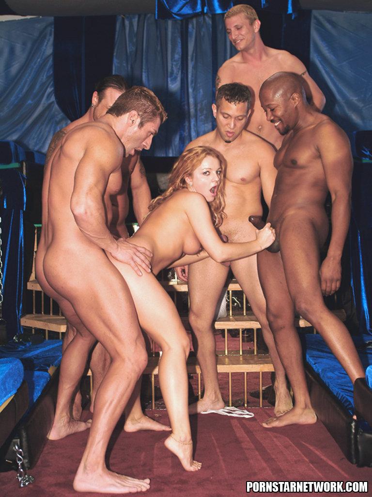 Русскую девушку по очереди несколько парней, кончить в женщину крупным планом