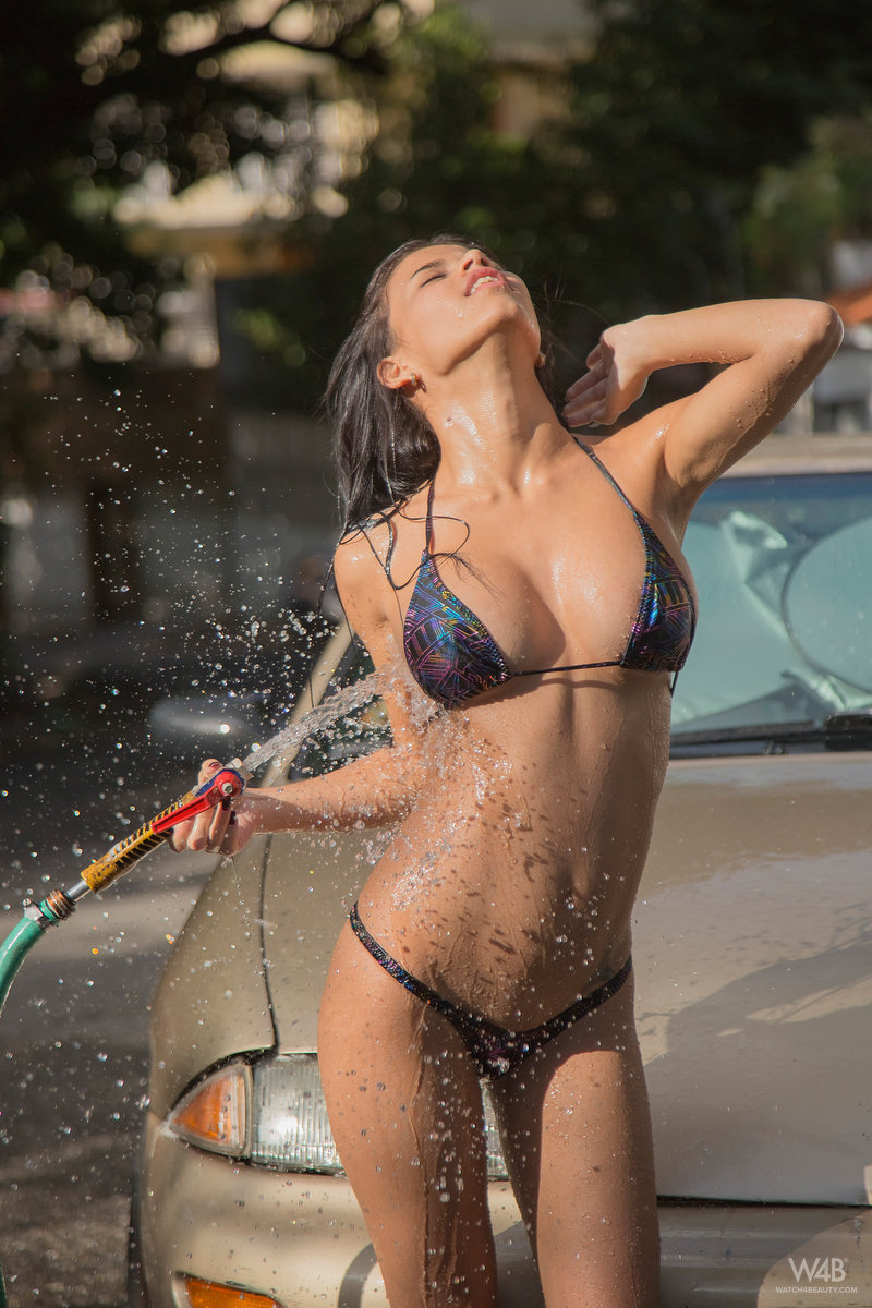 Actress Jessica Simpson's Sexy Car Wash Scene