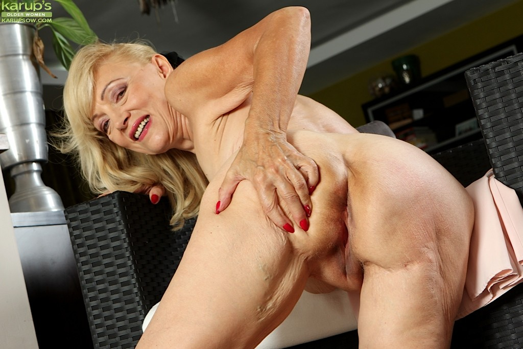 Horny american mom and wife playing with herself in front of 9