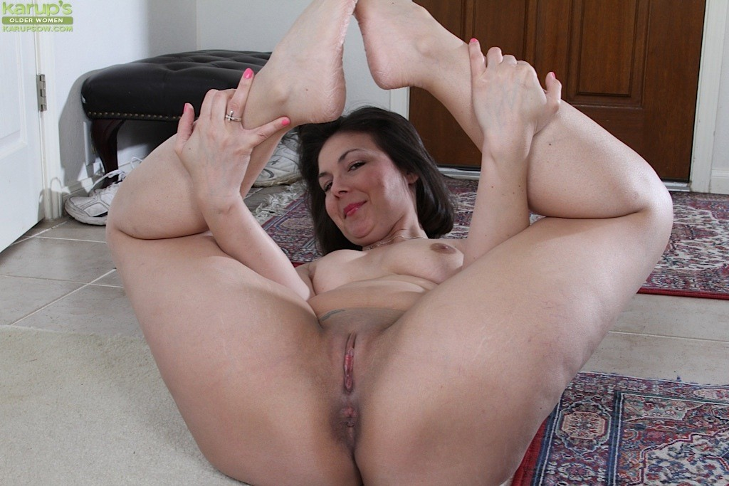 Mom having sex with a neighbor anal video