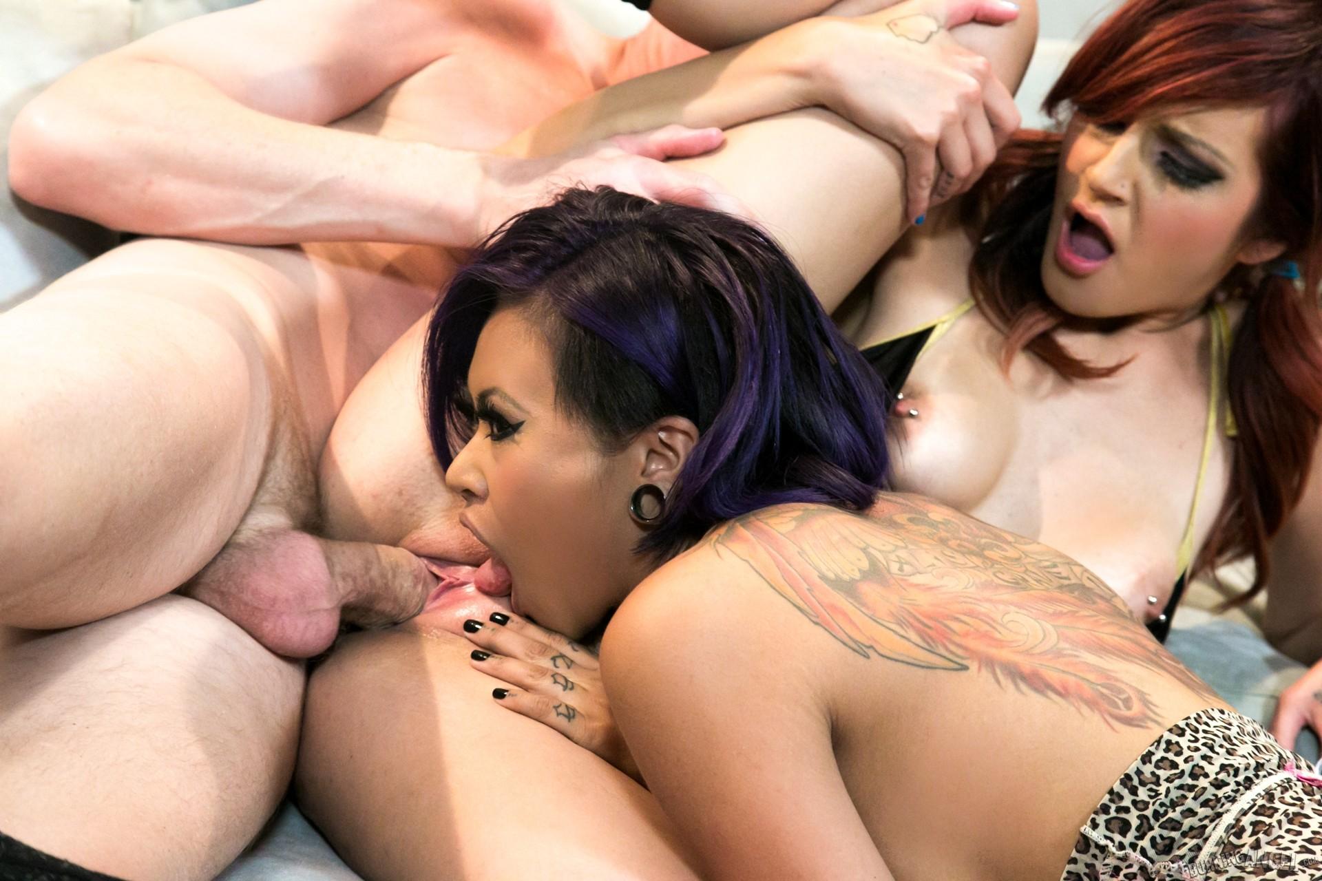 Два эмобоя порно, чувак трахает цыпочку во все ее сладкие дыры