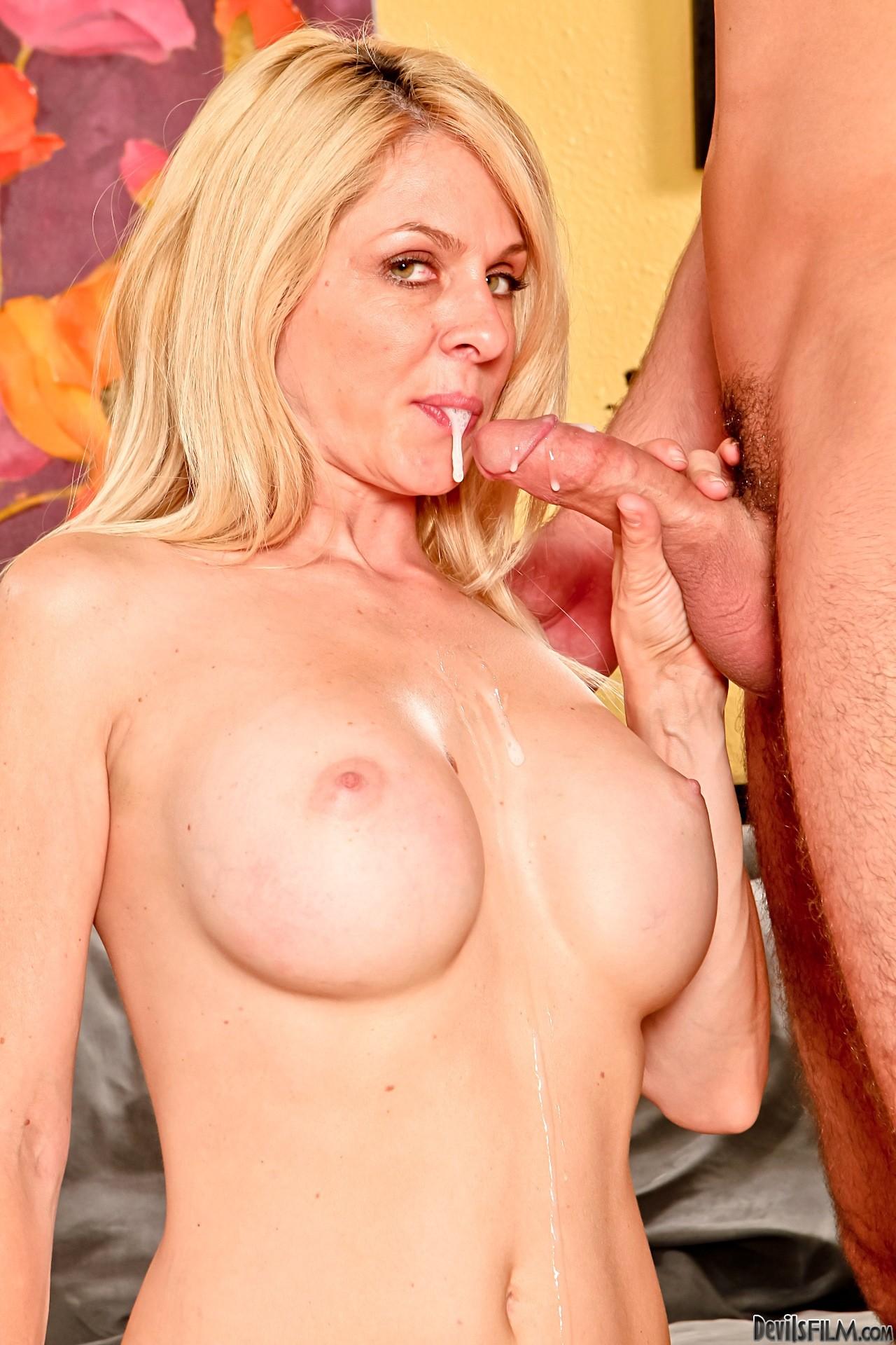 Angela lanza nude