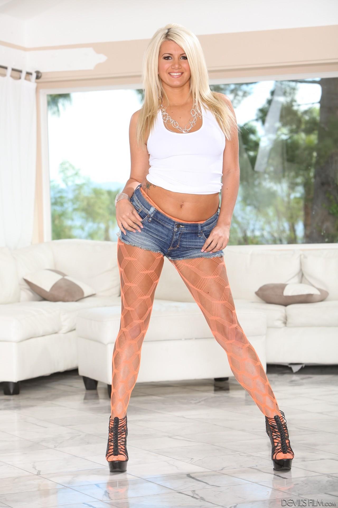 Solo girl Layla Price showing off big pornstar booty while masturbating № 937498 бесплатно