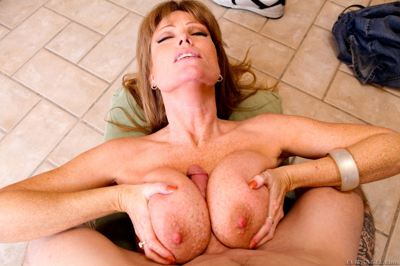 Busty Mom Porn And Mature Boobs Pics