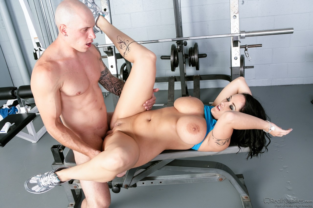 Видео женщина в спортзале тут