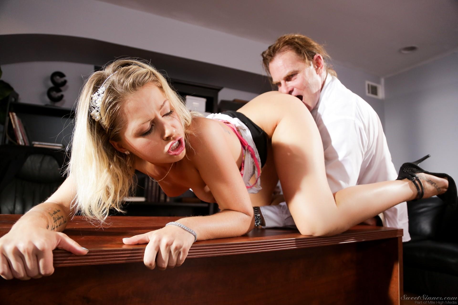 Секс в парихмахерской, Секс с парикмахершей в салоне красоты - порно видео 17 фотография