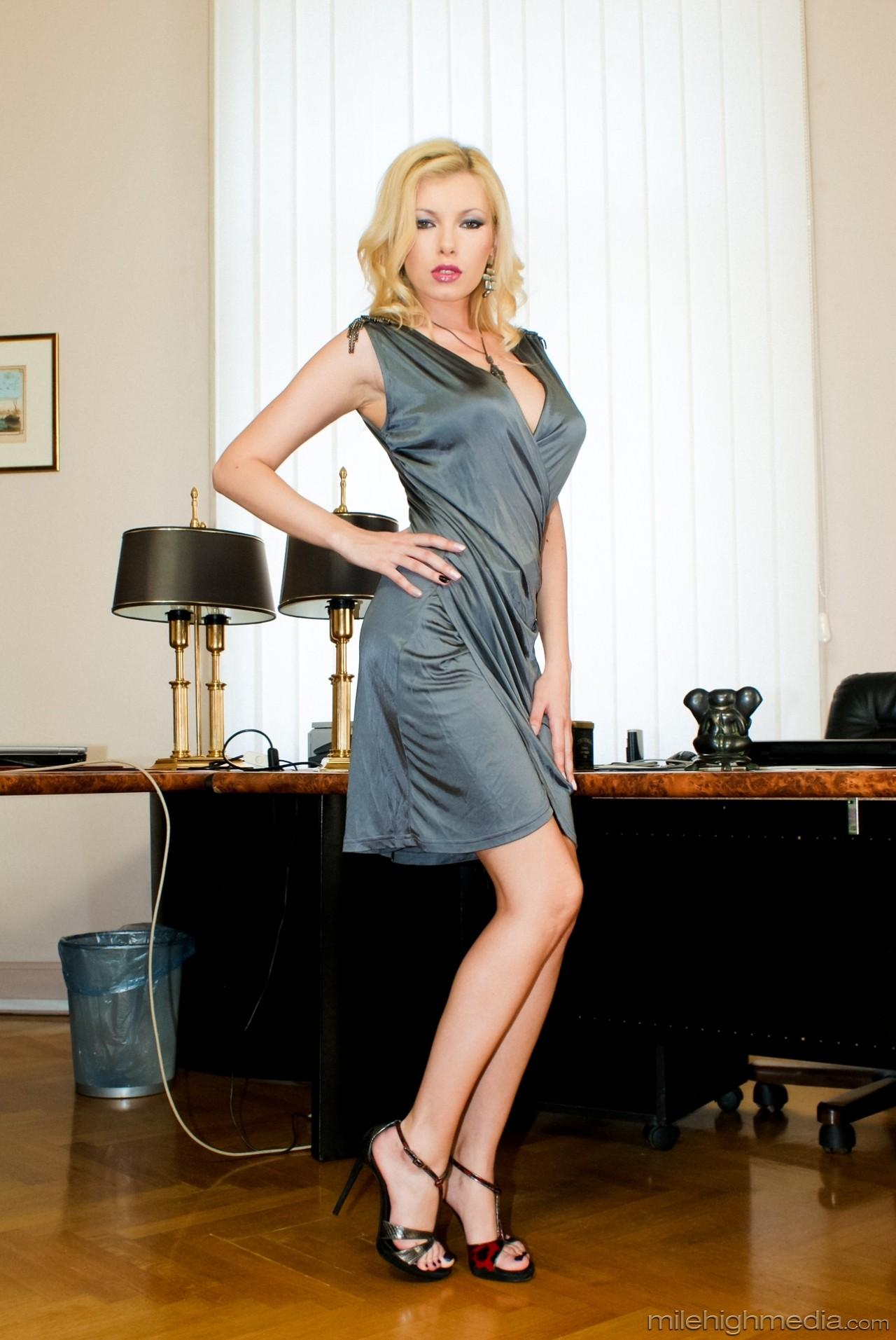 Donna Bell - Aggressive Women - Intense Orgasms 02 78913-7964