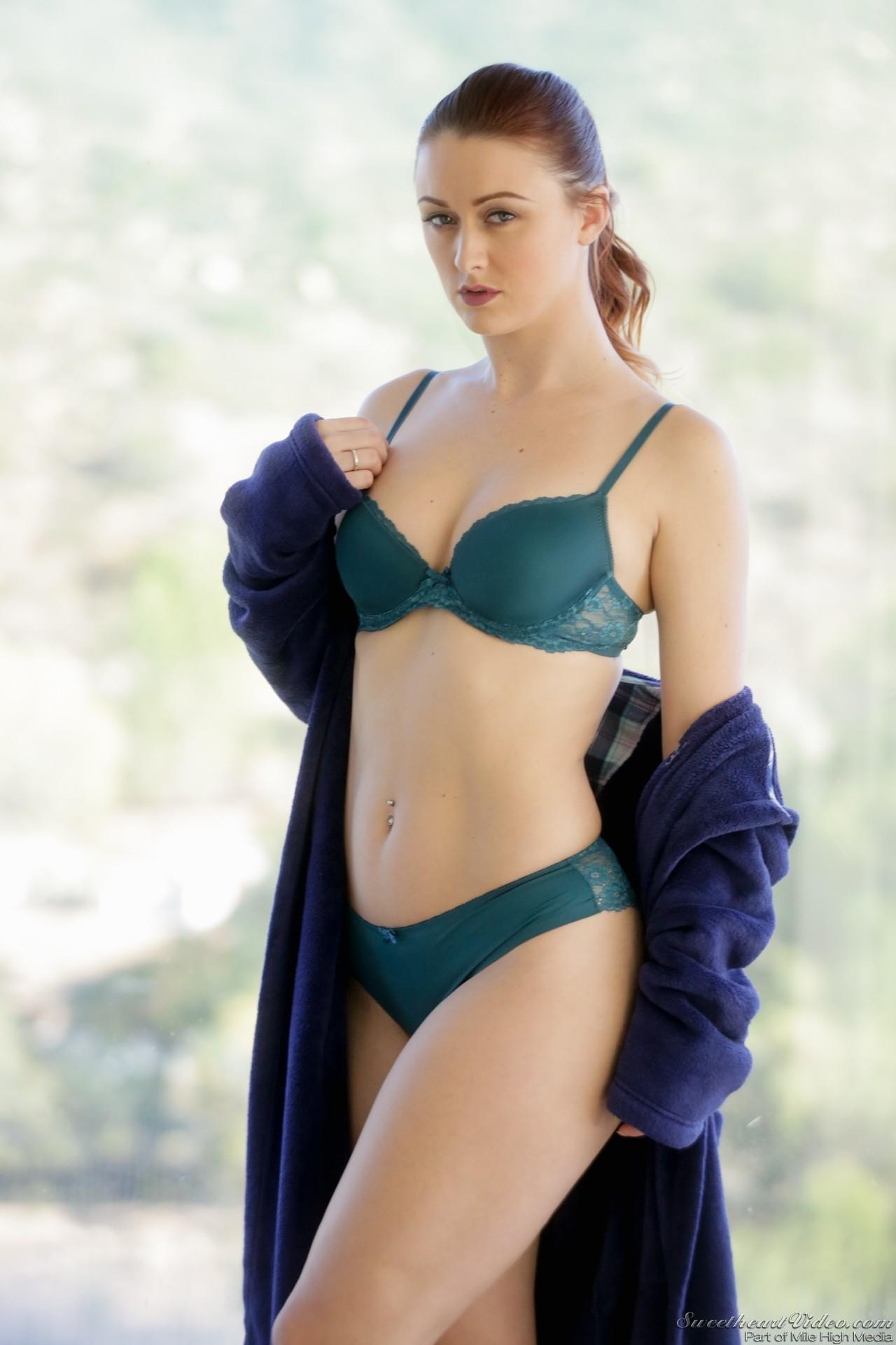 Lesbische Schönheit Karlie Montana macht Ihre fiesen freundin gehen Sie verrückt mit Vergnügen