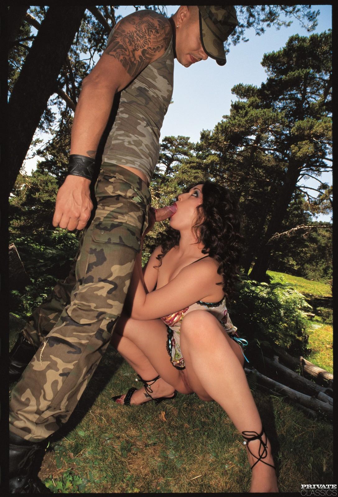 Все солдаты трахнули девку