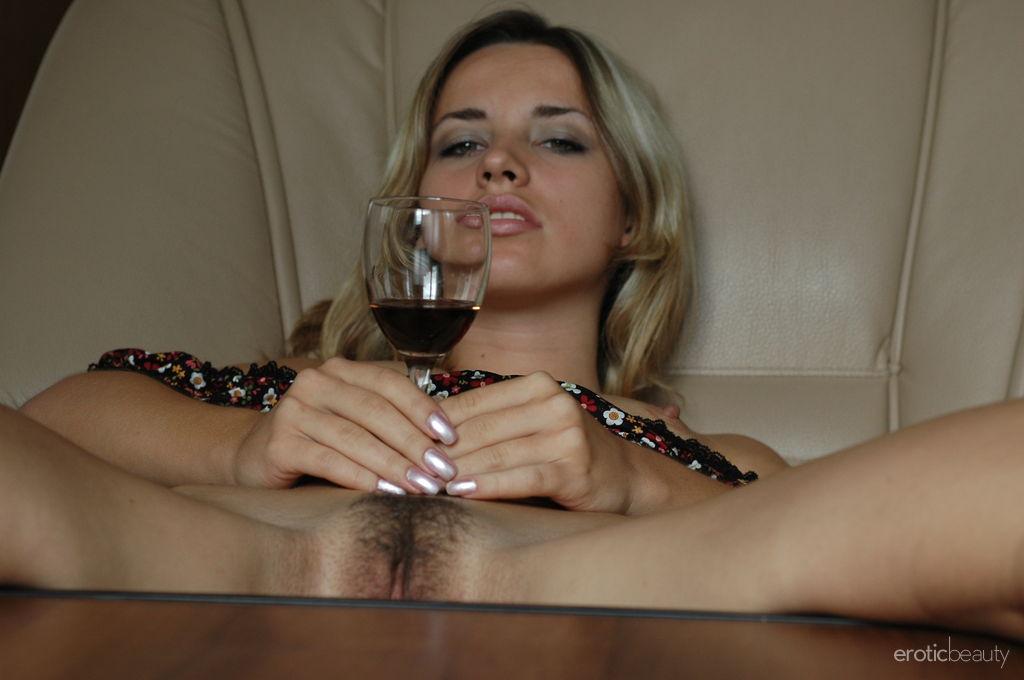 две девушки русские пролили на тело вино порно мире