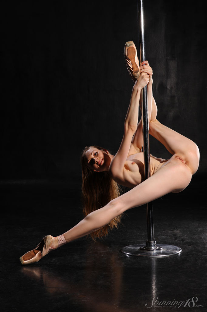 naked-strip-dancer