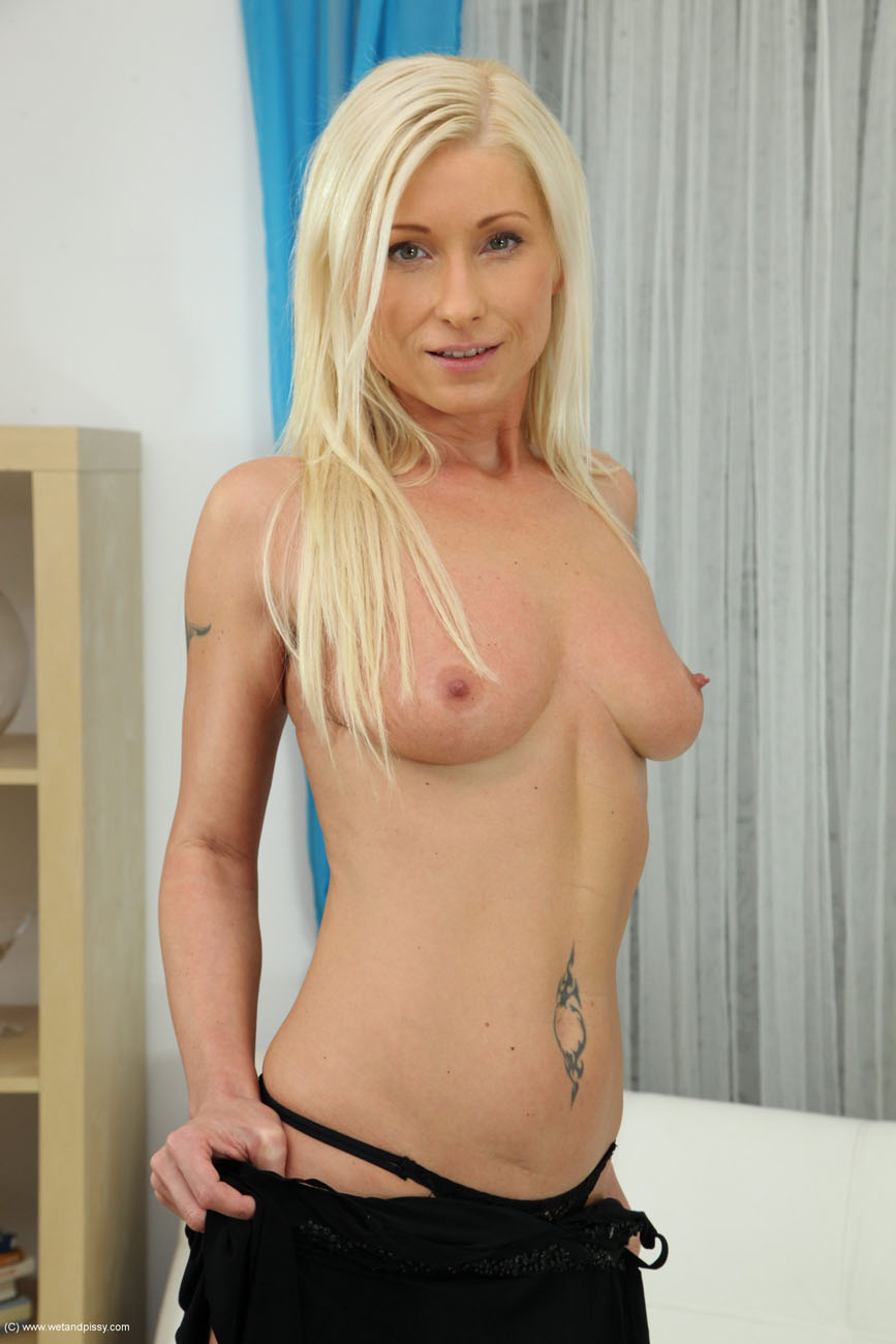 Vanessa Hell - Wet And Pissy 96202-8989