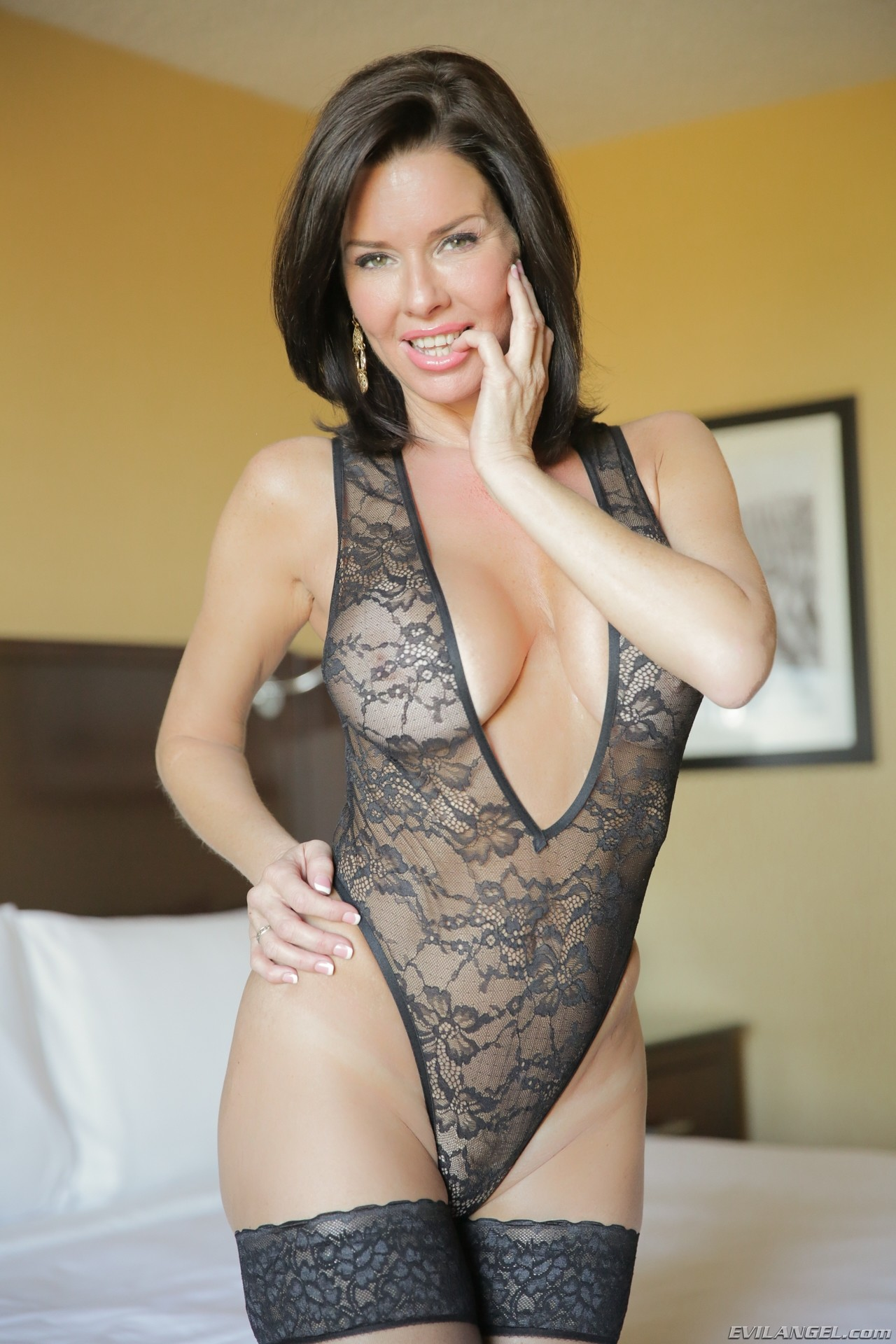 https://b.porngals4.com/media/galleries/1/18/96425-1099104168/veronica-avluv-busty-milf-5715395-3496669014.jpg