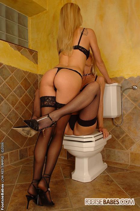 телка в чулках ссыт в туалете - 11