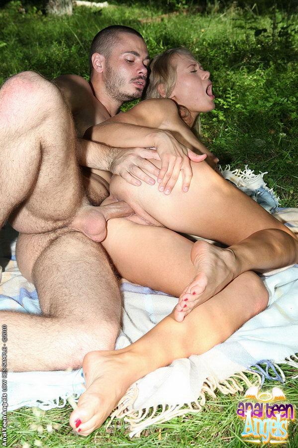На пикнике анал