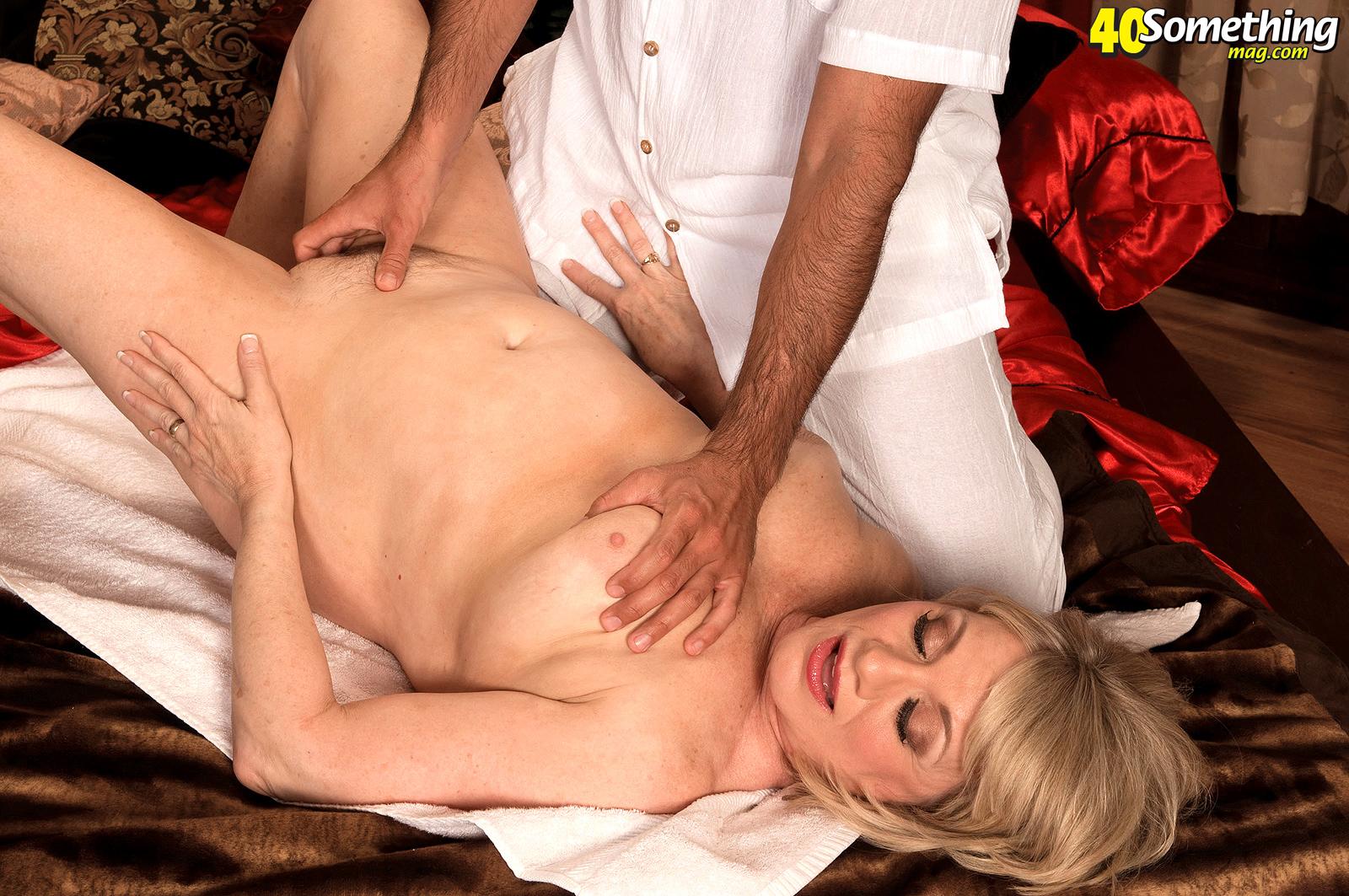 Порно муж привел массажиста для зрелой жены