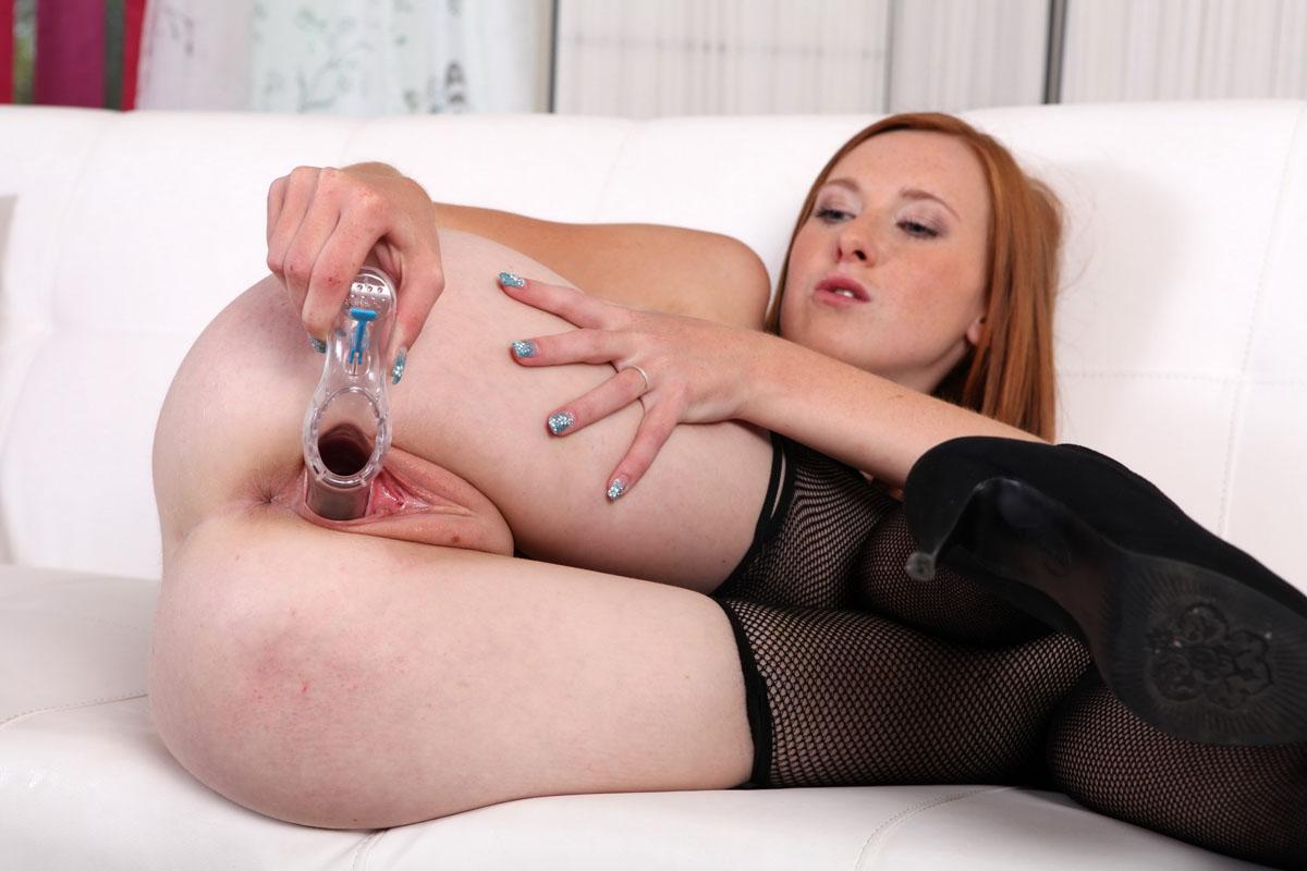Грудастая брюнетка в соблазнительной форме порно фото бесплатно