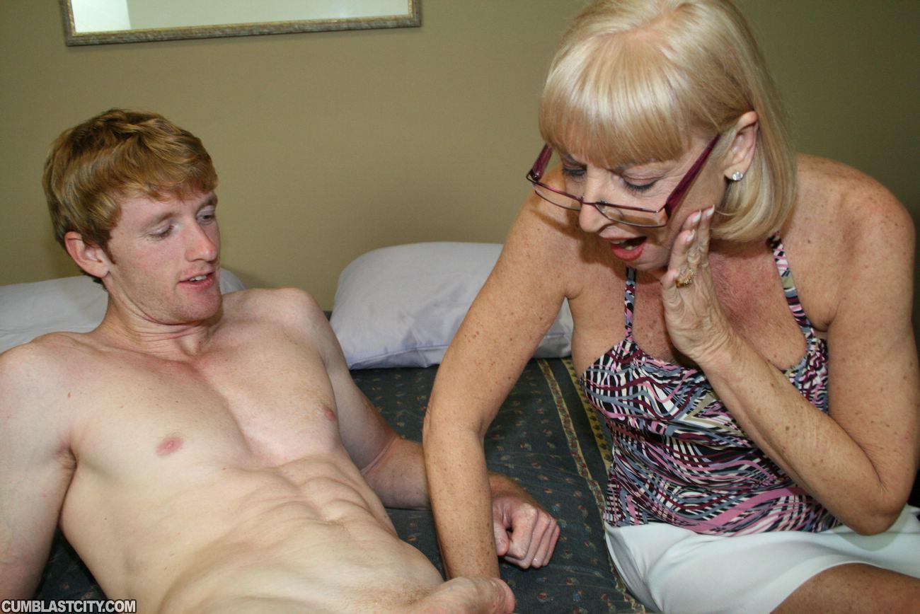 Взрослая женщина дрочит молодому мужчине