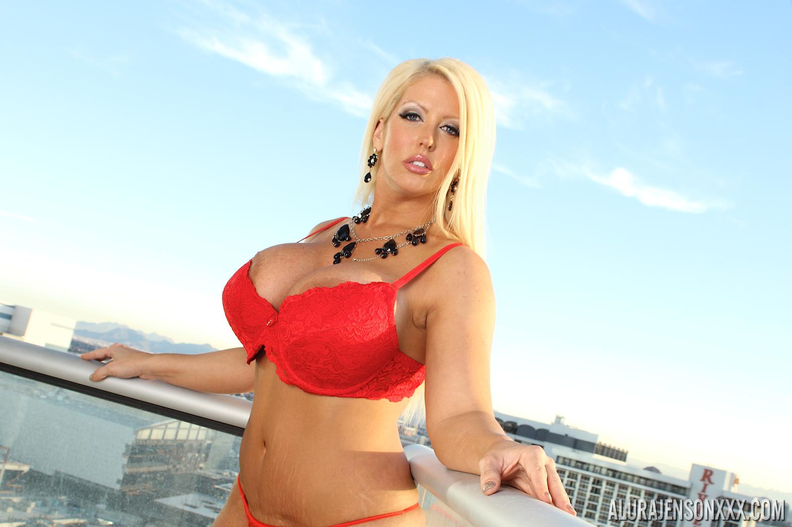 Пышная блондинка Alura Jenson раздевается в гостиной  377628