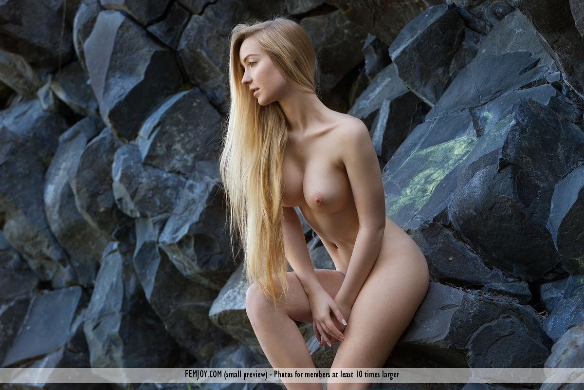 naked-girls-on-the-rocks