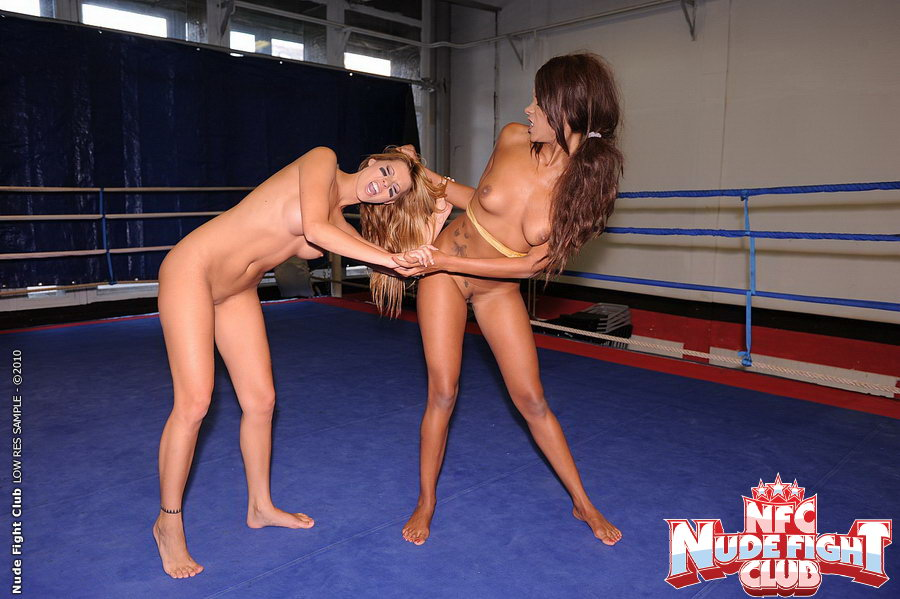 Борьба амазонок на ринге за страпон, порно джонни и опухшие яички