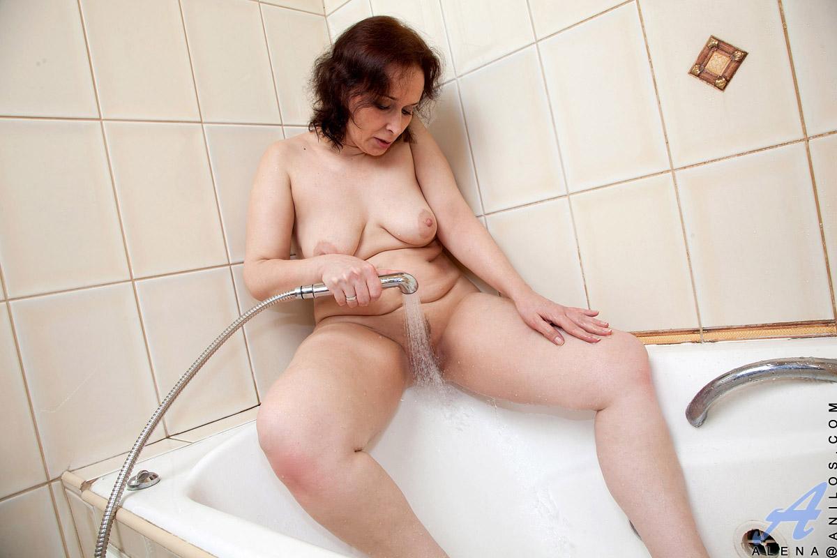 Сюжетное смотреть мастурбацию зрелых женщин в ванной москва россия прастутка