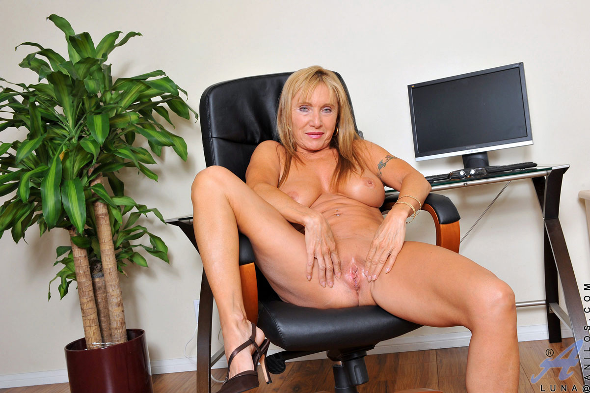 hot-nude-mom-in-office-pussy