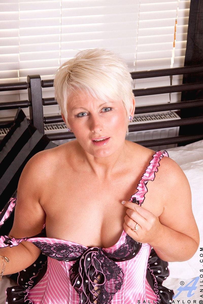 Английская порнозвезда салли тейлор, видео смотреть голые женщины и мужчины