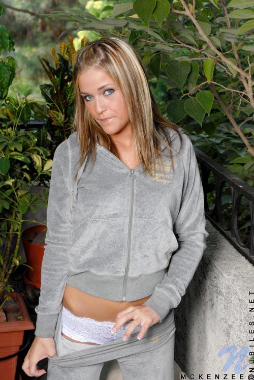 Amateur girlfriend McKenzee Miles slowly strips all her clothes № 718504 бесплатно