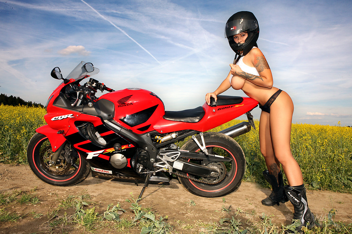 fotosessiya-prostitutok-na-mototsikle