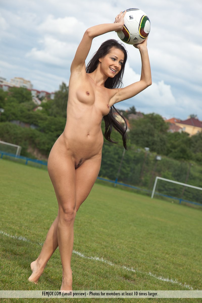 girl-playing-football-naked-video-www-kerala-fat-ladyes-hot-picture