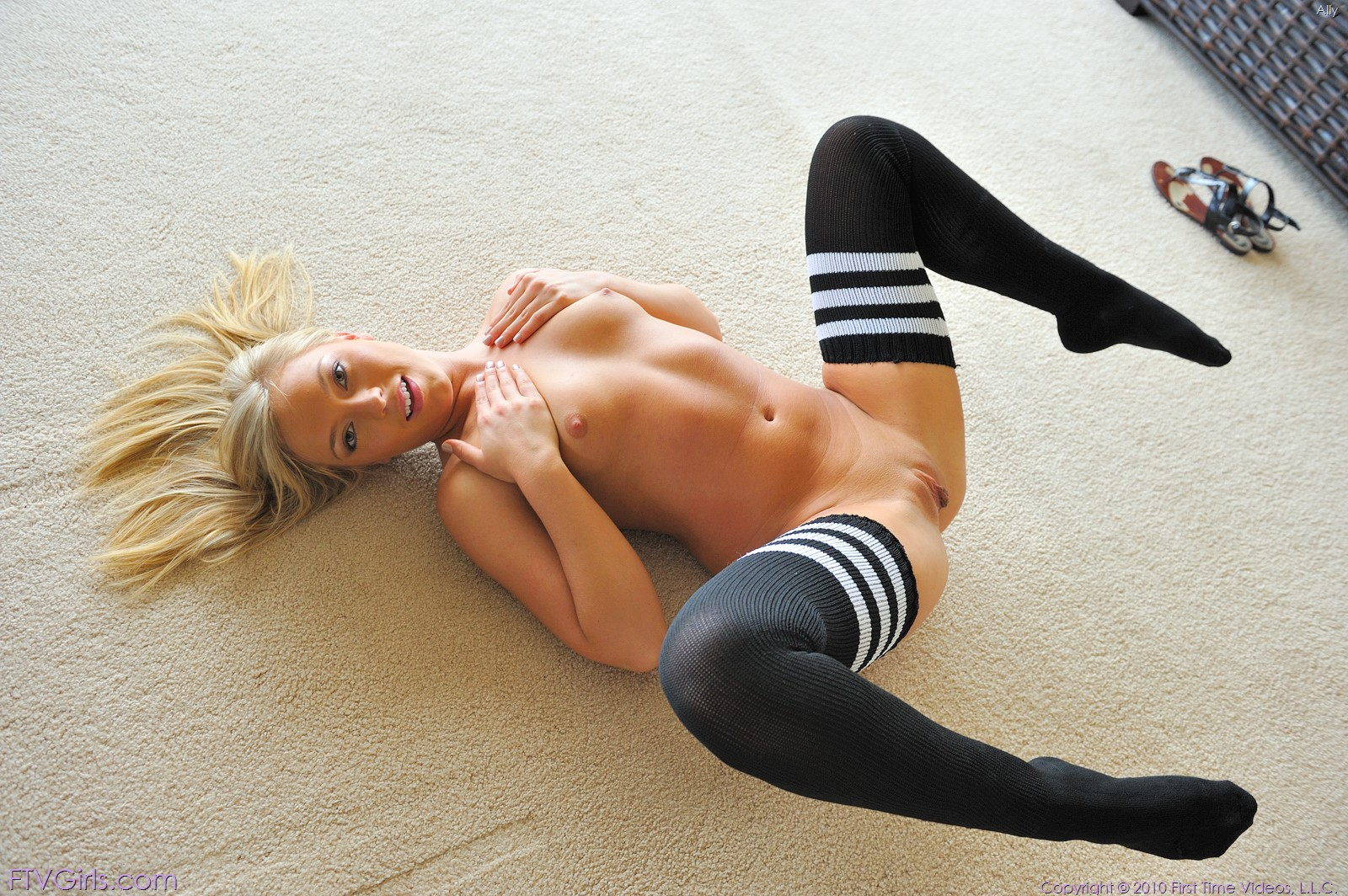 Фото порно девушки в гетрах, В гетрах Голые красивые девушки 10 фотография