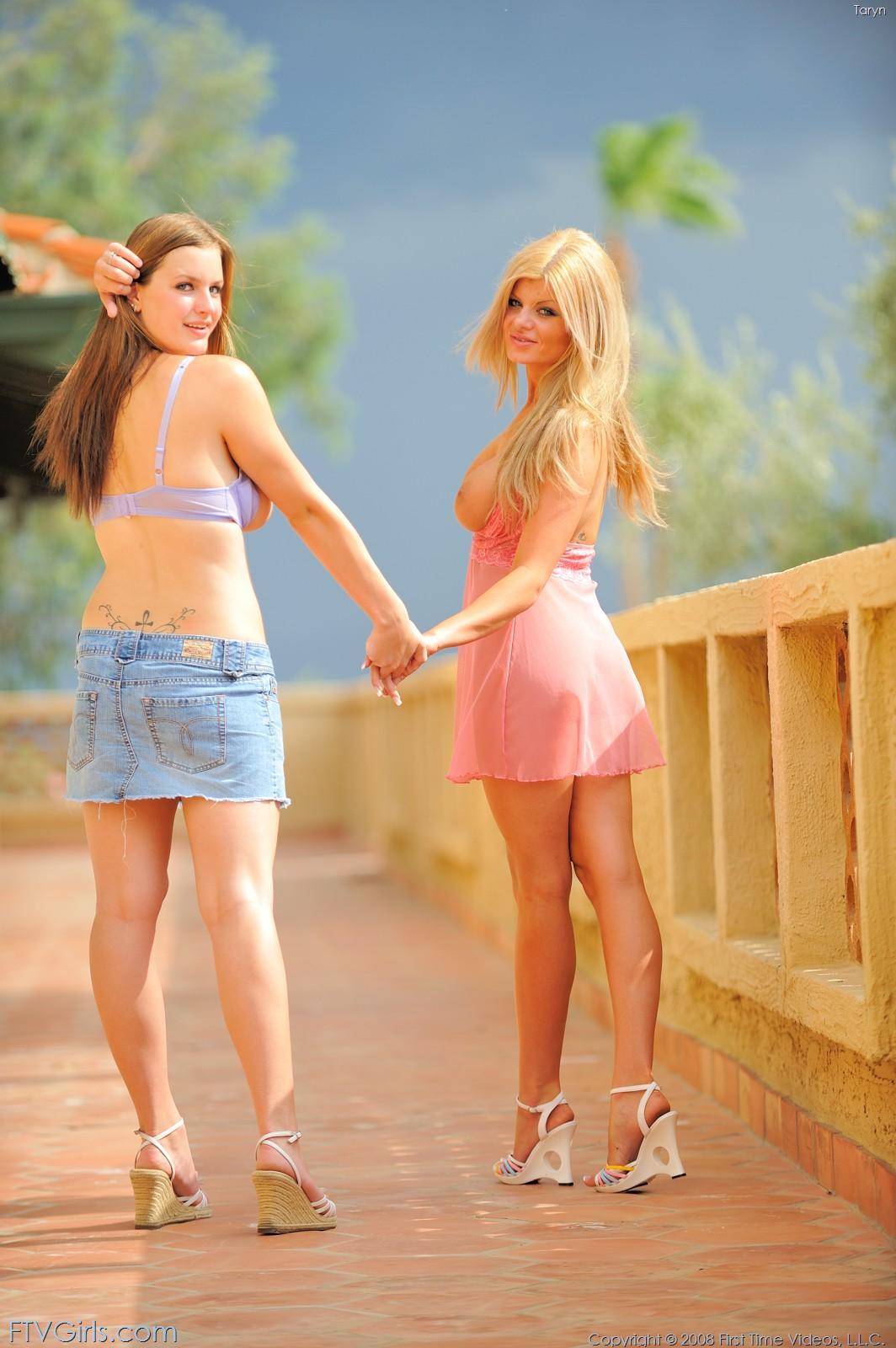 Грудастые подружки соблазняют паренька смотреть голых