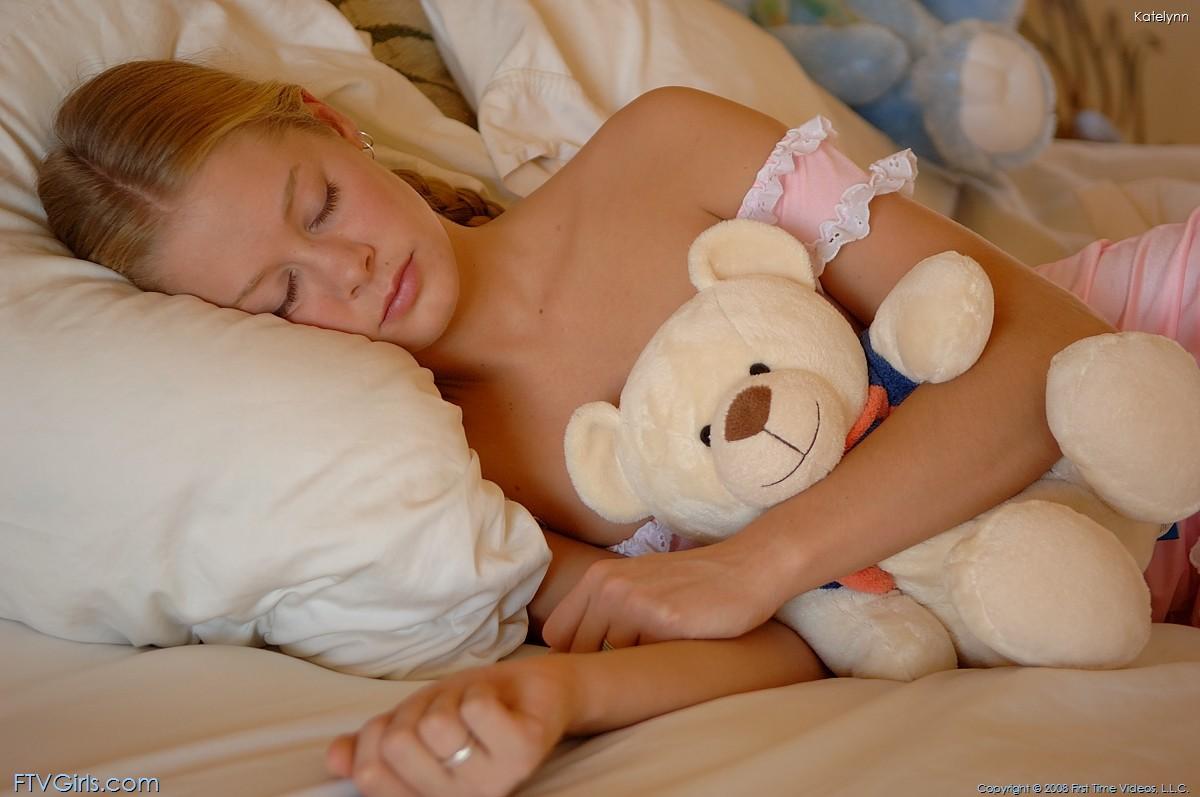 Девчонка покажет свою мокрую писю на кровати  134009