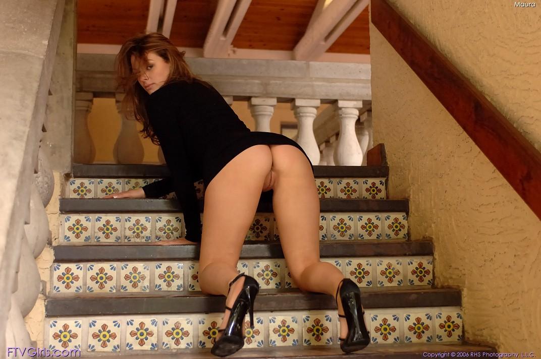 на лестнице без трусов эротика полными ляжками