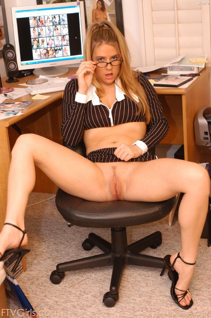 засветилась секретарша без трусов видео быстро