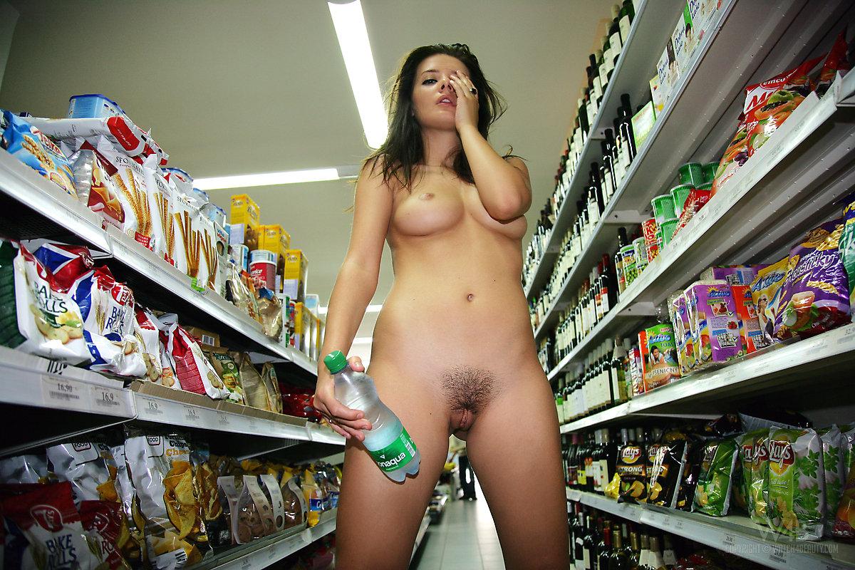 Женщины раздеваются до гола.