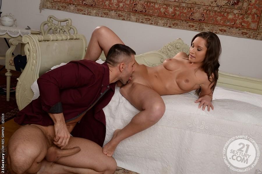 Солидные женщины в сексе, хозяин учит домработницу в анал