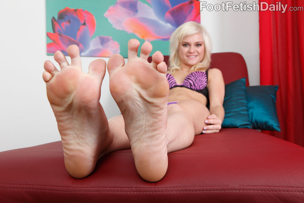 Chloe Foster Wraps Her Sexy Feet Around A Fat Cock 34709-7102