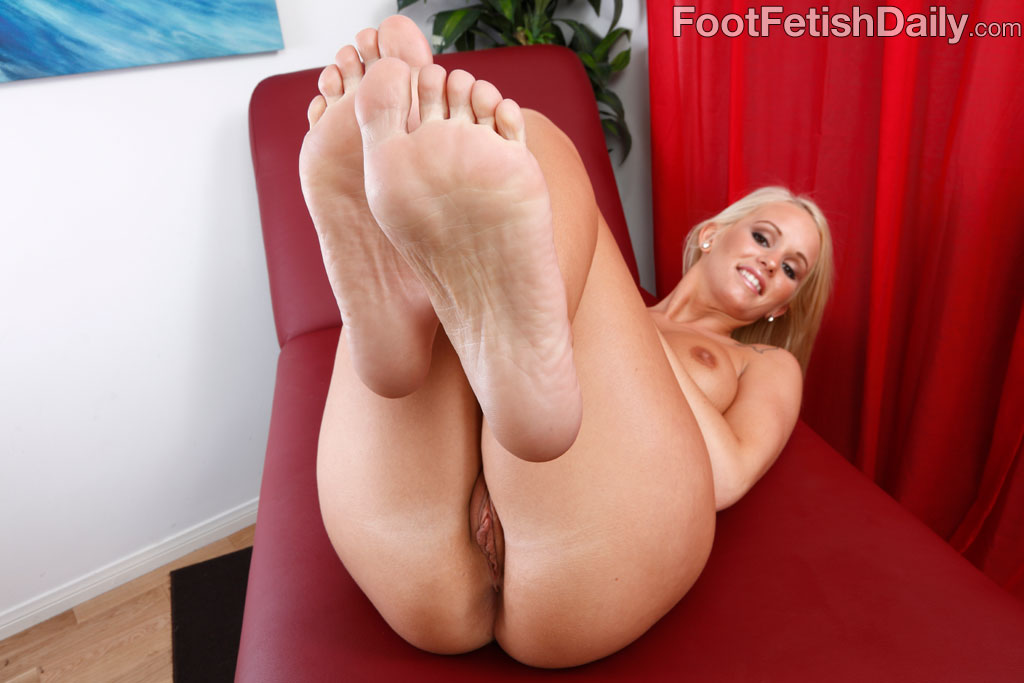pornstar-pinky-feet-girl-fucking-flashlight