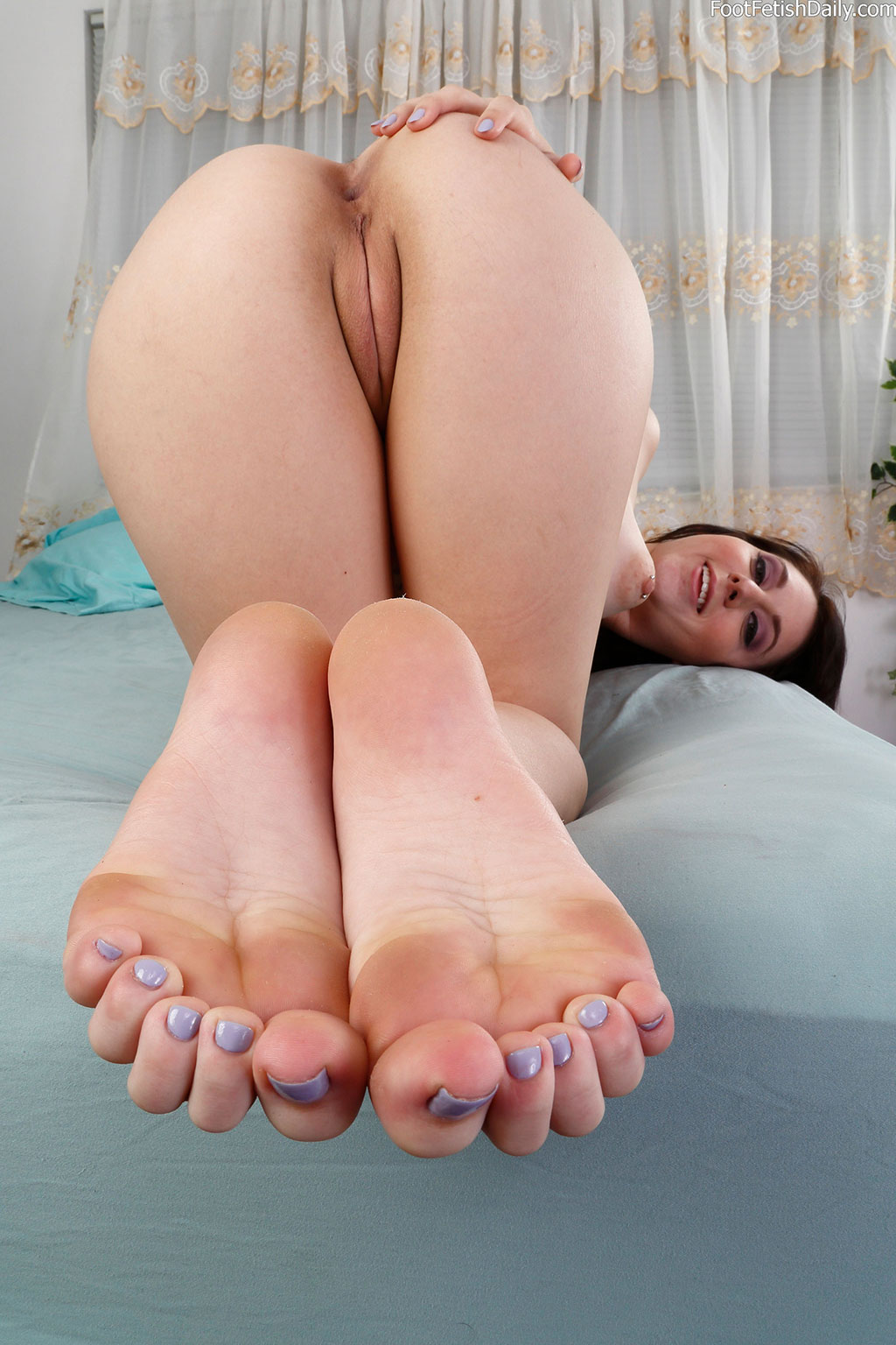 Luna Teases With Her Sexy Feet And Nice Shaved Pussy 34755-6367