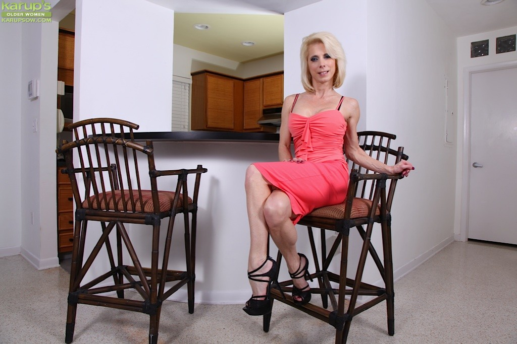 Blonde mature lady Jodie Stacks is demonstrating an perfect body  1465727