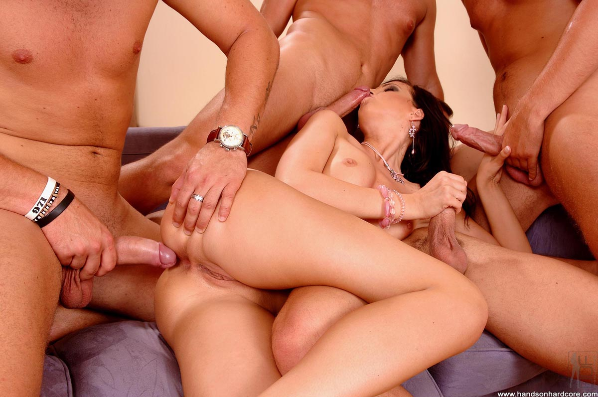 video-russkie-tolpoy-ebut-shlyuhu-porno-onlayn