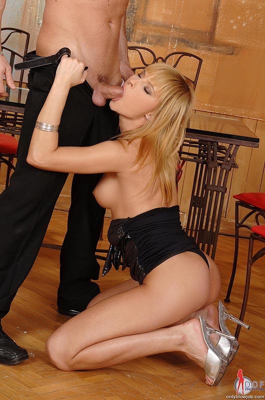 Развел высокую блондинку в колготках на минет, наложницы голые порно