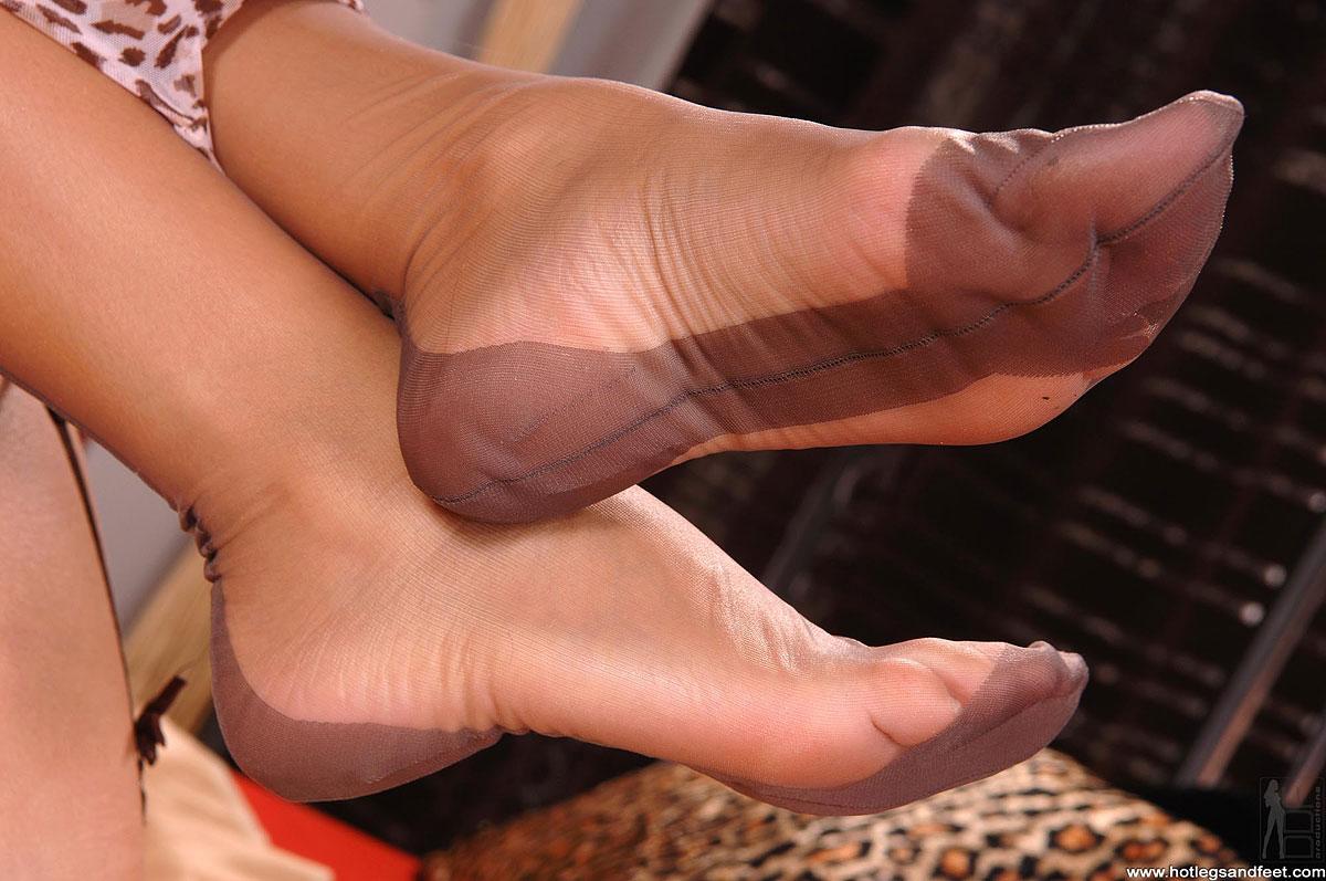 Leggy brunette MILF Bella Blaze releasing bare feet from pantyhose  851139